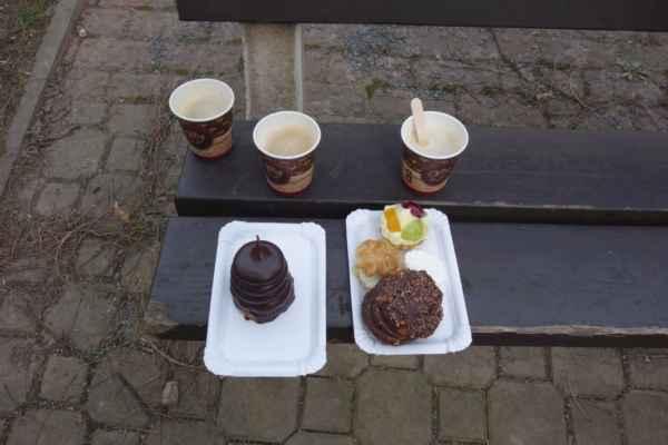 V Klánovicích jsme se zastavili v cukrárně - co by to bylo za Narozeninovou bez dortu :o)))