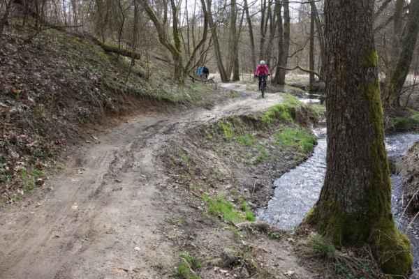 My to za Uhříněvsí vzaly do Pitkovic a sjely jsme do údolí Botiče, kde jsme si užily ještě trošku bahna.
