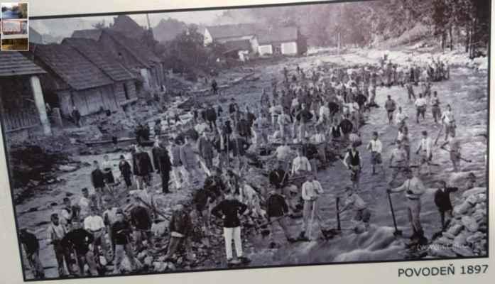 celá vesnice v korytě řeky - dvacet lidí pracovalo a s snad stovka zevlovala....