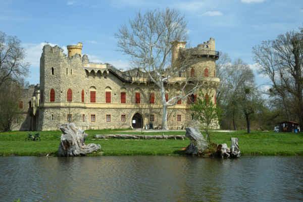 Janův hrad. Zámeček postaven v letech 1807 - 1810 jako romantická zřícenina podle plánů Josepha Hardmutha. Lichtensteinům sloužil coby lovecký zámeček a myslivna, a také tady po lovu dělávali bečku.