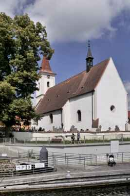 Plavba lodí po Vltavě do Hluboké. Kostel z paluby lodě.