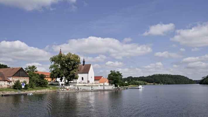 Plavba lodí po Vltavě do Hluboké. Vyplouváme z Purkarce.