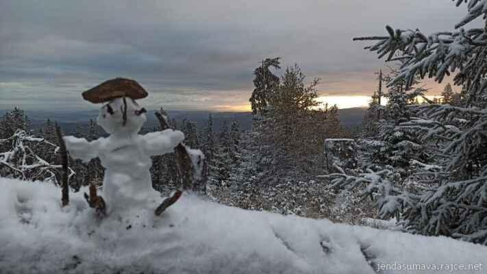 13.10.2021 na vrcholové stezce k Boubínu potkal Jenda na pasece lyžaře..... - jde to i na běžky (kamenačky) - dobrá zpráva do Včelné