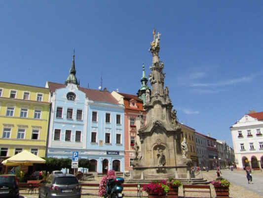 Barokní sloup se sousoším Nejsvětější Trojice byl postaven v letech 1764-66 dačickým sochařem Matoušem Strachovským. Spodní část sousoší byla ve 20. letech 19. století upravena podle návrhu J. Schaffera.