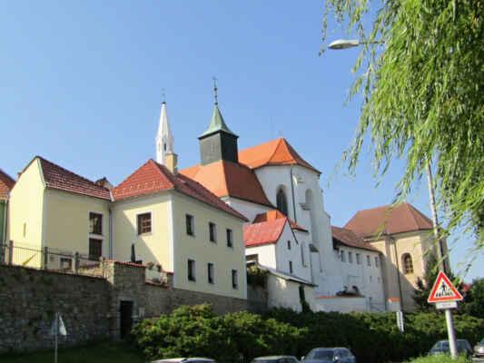 Kostel sv.Jana Křtitele - Ke kostelu přiléhají budovy bývalého minoritského kláštera a později přistavěného špitálu. Gotický kostel, na jehož místě stávala původně románská svatyně, vznikal postupně od začátku 13. století. Původní bohatá gotická fresková výzdoba kostela, se řadí k nejvýznamnějším projevům českého nástěnného malířství z poloviny 14. století. Kostel, který je ve správě jindřichohradeckého muzea, byl v nedávné době zpřístupněn a slouží i jako koncertní síň. V sakristii můžete vidět Strom života - dřevořezbu neznámého autora z období kolem roku 1720, která sem byla přemístěna z kostela Nejsvětější Trojice v Klášteře.