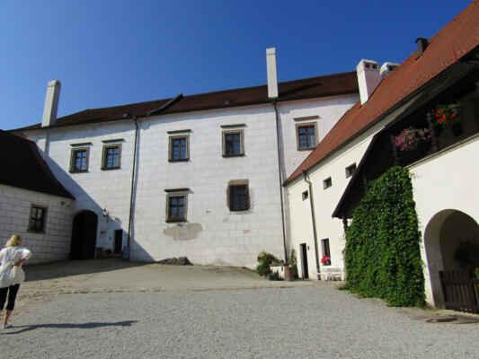 Zmínky o hradu sahají do doby kolem roku 1200, k přestavbě gotického hradu na renesanční zámek došlo ve 2. polovině 16. století. Kaple byla v letech 1709-35 barokně přestavěna. Velká část interiérů včetně uměleckých sbírek byla zničena v roce 1773 během požáru města. Po 2. světové válce areál až do roku 1976, kdy začala jeho celková rekonstrukce, chátral. Od roku 1993 je zámek zpřístupněn veřejnosti. Návštěvníci se mohou těšit na tři prohlídkové trasy a na Černou věž a Černou kuchyni.