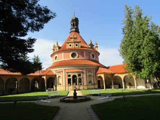 Rondel byl postaven při přestavbě hradu na renesanční zámek italskými staviteli koncem 16. století. Mimo reprezentačních účelů byl využívám hlavně pro pořádání plesů a hudebních koncertů. Zajímavostí je, že hudebníci při nich hráli ve sklepě pod stavbou a zvuk se šířil otvorem v podlaze. V roce 1773 jindřichohradecký zámek vyhořel a začal chátrat. Rondel byl jednu dobu využíván jako dřevník, sklad zvěřiny či chlév. V roce 1976 započala generální rekonstrukce zámeckých objektů, která trvala skoro dvacet let. V roce 1993 byl zámek zpřístupněn veřejnosti a Rondel opět slouží svému původnímu účelu.