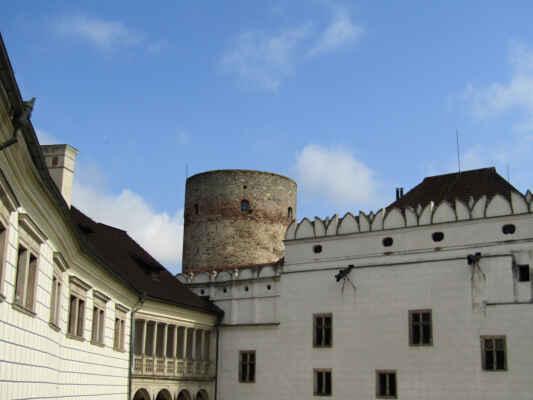 """Černá věž je otovřená - Věž byla postavena pány z Hradce společně se starým palácem a s posílením soustavy hradeb na počátku 13. století. Pozdější stavební vývoj spojil věž s palácem těsněji. Označení """"útočištná"""" připomíná původní účel stavby. V případě potřeby se měla stát posledním útočištěm obránců a místem posledního vzdoru při dobývání hradu. Nebyla zařízena ke stálému bydlení. Pouze ve vrchní části věže (v úrovni řady malých oken) byla zařízena místnost pro zvláštního strážce - """"pověžného"""" či """"hlásného"""", jehož úkolem bylo obhlížet z oken věže i z jejího ochozu město a jeho okolí pro případ vojenského nebezpečí nebo požáru.Zajímavé jsou rozměry stavby. Výška a obvod věže jsou stejné - 32 m. Průměr věže je pak něco málo přes 10 m. Jediná stěna věže je zhruba do dvou třetin její výšky silná téměř 4 m. V horní třetině se stěna směrem zevnitř zužuje, v úrovni oken je již silná jen zhruba 1,5 m."""