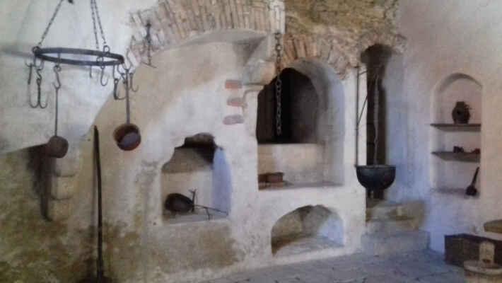 Zastavení v černé kuchyni hradu - Při původním vstupu do věže, téměř v polovině výše stavby, je zčásti dochována stará hradní kuchyně, která byla v provozu do 90. let 15. století. Je do ní možné nahlédnout při výstupu na Černou věž.