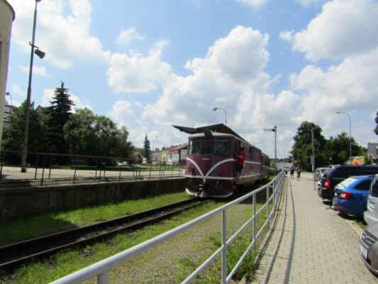 Dvě úzkokolejné trati z Jindřichova Hradce s rozchodem 760 mm byly zprovozněny v roce 1897 (do Nové Bystřice, 33 km) a 1906 (do Obrataně, 46 km). Dnes se zde můžete svézt buď motorovými, nebo občasnými parními vlaky soukromého dopravce.