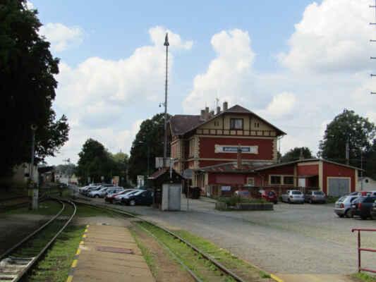 Na nádraží v Jindřichově Hradci nalezneme koleje dvou rozchodů - normální 1435 mm na trati 225 do Veselí nad Lužnicí a úzkorozchodný 760 mm na tratích 228 a 229 do Obrataně a Nové Bystřice.