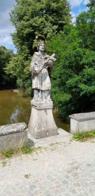 Jindřiš - Kamenný barokní silniční most přes Hamerský potok pochází z 18. století. Je dlouhý 15 m a jeho dva oblouky mají rozpětí přibližně 5 m. Plastika sv. Jana Nepomuckého umístěná nad hlavním pilířem je z roku 1856.