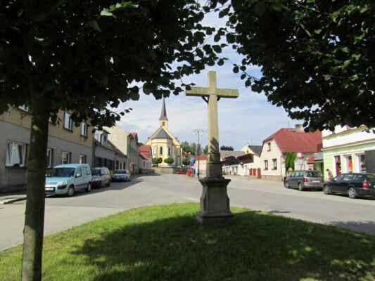náměstí a kostel sv.Filipa a Jakuba - Nejstarší zprávy o kostelu pochází z roku 1358. Kostel poté dlouho chátral. Obnovil ho až na přelomu 17. a 18. století František Leopold ze Šternberka, kdy se stal kostelem farním. V 19. století již nevyhovoval svojí velikostí, byl zbořen a na jeho místě vystavěn nový v novogotickém stylu.