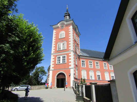 Zámek vznikl přestavbou původního hradu ze 13.stol. v letech 1580-1583. Do současné podoby byl zámek přestavěn v 19. stol. Dále prošel zámek v průběhu 90. let minulého století rozsáhlou rekonstrukcí pod taktovkou Uměleckoprůmyslového muzea v Praze, který ho získalo od Ministerstva kultury ČR za účelem vybudování úložných prostor pro své sbírky. UPM se rozhodlo vybudovat v zámku studijní depozitáře přístupné i běžným návštěvníkům a využít nové prostory také expozičně.