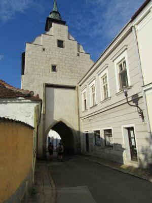 Dačická brána - Jedna ze dvou dochovaných městských bran, také nazývána Dolní nebo Bolíkovská. Věž zdobí sgrafitová fasáda. Ta je přístupná pro návštěvníky a lze vystoupat po schodech až nahoru ke krovu. Je zde také umístěna výstava historických fotografií Slavonic.