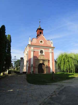 kostel sv.Kříže - Do průčelí hřbitovní kaple byl při její výstavbě v roce 1702 zabudován i monumentální pískovcový portál původní hřbitovní brány z roku 1586, který je jejím dominanatním prvkem. Má bohatou reliéfní výzdobu a značku s iniciály LO (Leopold Österreicher). V interiéru je zajímavý zejména akantový oltář z počátku 18. století a iluzivní nástěnné malby.
