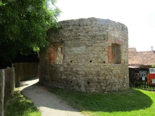 Severozápadní bašta - Městské opevnění Slavonic bylo vybudováno už ve 13. století. Kromě hradeb bylo tvořeno i vodním příkopem. V 15. století bylo opevnění rozšířeno o bašty a brány byly zesíleny věžemi. Do současnosti se vedle dvou městských bran zachovaly i tři rohové bašty a část hradeb zejména v jihovýchodní části města.