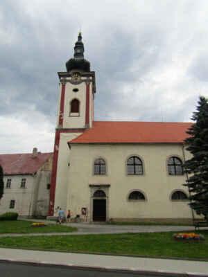 kostel sv. Petra a Pavla - Původně gotický kostel je poprvé připomínán v roce 1335, v 17. a 18. století byl po mnoha požárech barokně upraven. V interiéru se nacházejí např. gotické fresky z poloviny 14. století, náhrobní kameny ze zrušeného hřbitova, kaple sv. Barbory, ve věži jsou tři zvony. Barokní oltář je dílem sochaře Matthiase Strahovského a truhláře Jana Červenky, oltářní obraz Odevzdání klíčů namaloval Jan Leopold Teussinger. Pod kostelem je hrobka sloužící v 15. a 16. století jako pohřebiště pánů z Krajku.