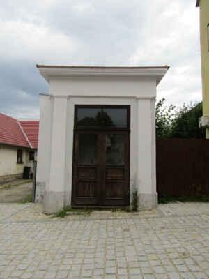 kaple sv. Jana Nepomuckého v ulici na Můstku - sochy v obou kapličkách se nepodařilo nafotit
