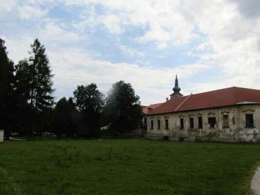 Zámek Nová Bystřice je hrad přestavěný na zámek. Hrad byl založen v první polovině čtrnáctého století. Od osmdesátých let čtrnáctého století patřil Krajířům z Krajku a roku 1420 ho dobylo husitské vojsko vedené Janem Žižkou. Koncem šestnáctého století ho získali Lobkovicové, po nich Kinští a další šlechtické rody.
