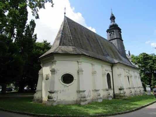 kostelík sv.Ducha - Kostelík byl vystavěn jako hřbitovní v roce 1572 v renesančním stylu, pozdější přestavba změnila vzhled kostela na barokní. Původní zasvěcení bylo sv. Trojici, ale ještě ve stejném století byl název změněn na kostel sv. Ducha. Přilehlý hřbitov byl v roce 1868 zrušen a plocha se postupně změnila v park, tak jak je k vidění dodnes.