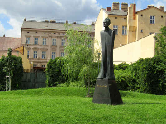 socha Gustava Mahlera - Bronzová socha známého hudebního skladatele byla odhalena v roce 2010 k výročí 150 let od jeho narození. Autorem pomníku je sochař Jan Koblas.
