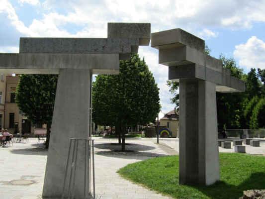Park byl veřejnosti zpřístupněn v roce 2009. Až do roku 1939 zde stála synagoga, kterou vypálili nacisté, a zůstaly po ní pouze základy. Jednu stranu parku lemují pozůstatky městských hradeb, bašta byla upravena na vyhlídkovou věž a park byl doplněn sochami ryb a ptáků od Jana Koblase a bronzovou sochou Gustava Mahlera z roku 2010.