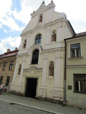 Minoritský klášter a kostel Nanebevzetí Panny Marie - Stavba kláštera byla započata někdy ve 40. letech 13. století v románském slohu. První písemné zmínky o něm pochází z roku 1257. Významně se klášter zapsal do jihlavských dějin v roce 1402, kdy v noci došlo k přepadení města loupeživými rytíři, díky mnichům z kláštera bylo zburcováno celé město a útok byl odražen. Na tuto počest vznikla freska Přepadení Jihlavy, která je dodnes zachovaná. V kostelním klášteře najdete největší betlém v kraji.
