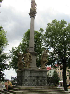 Morový sloup pochází z roku 1690. Na vrcholku sloupu je umístěna Panna Marie, u paty sloupu stojí čtveřice světců; sv. František Xaverský, sv. Josef, sv. Šebestián a sv. Jakub.