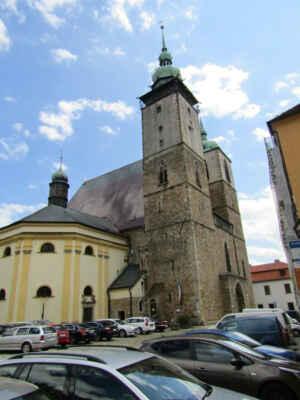 kostel sv.Jakuba Většího - Trojlodní halový kostel s dlouhým presbytářem a dvěma věžemi v průčelí byl vysvěcen v roce 1257. Na počátku 14. století byla postavena severní vyhlídková věž s výškou 63 m. Asi o století později byla přistavěna jižní zvonová věž, ale z důvodu nestabilního podloží je o 9 m nižší.
