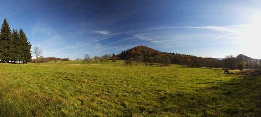vlevo se ukazuje černý vrch, uprostřed javorek a vpravo krásný zlatý vrch...