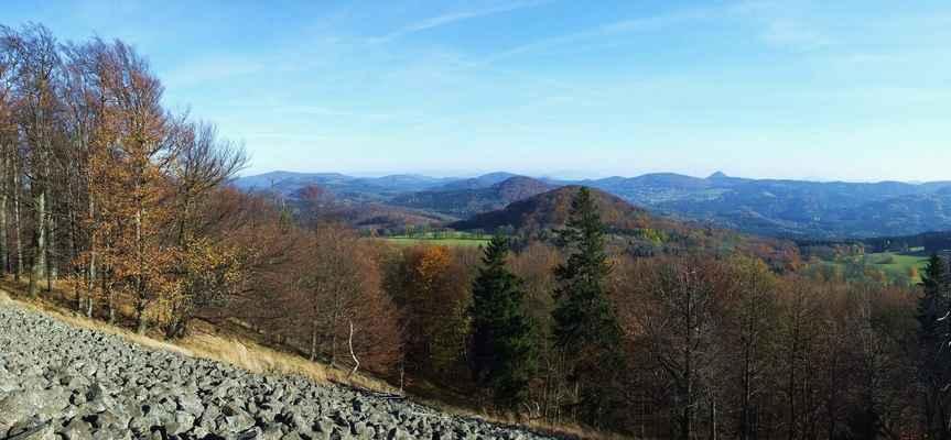lužické hory s jizerkami na obzoru, uprostřed pod obzorem je sousední vrch javorek a nad ním se ukazuje ještěd, vpravo od klíče je ralsko...