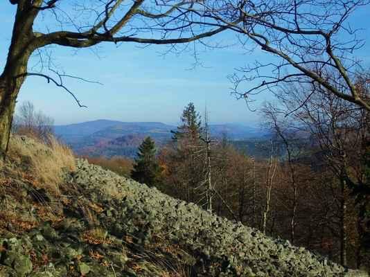 vlevo je dvouvrcholový pěnkavák, druhý nejvyšší kopec lužických hor...