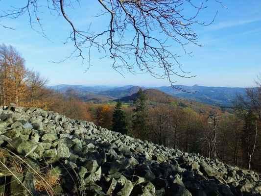 na tuto část lužických hor není díky přerostlým stromům z rozhledny vidět...