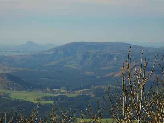 lilienstein a velký winterberg, na jehož svahu lze za lepší viditelnosti spatřit pravčickou bránu...