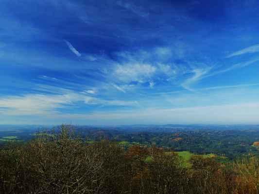 uprostřed pod obzorem je krásně zelený křížový vrch u rynartic...