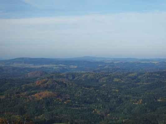 uprostřed na obzoru je hora tanečnice s naší nejsevernější rozhlednou...