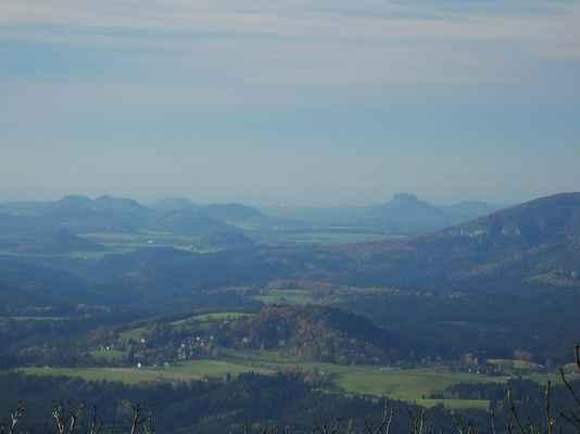 vpravo je jedinečný lilienstein a vlevo se mezi dalšími stolovými horami ukrývá königstein...