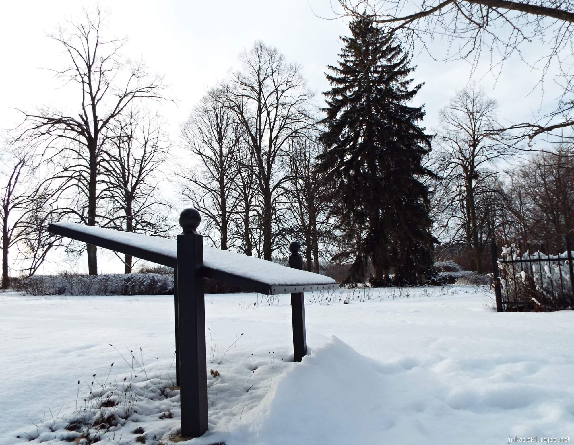 Růžový palouček - jeden z panelů naučné stezky v zimě