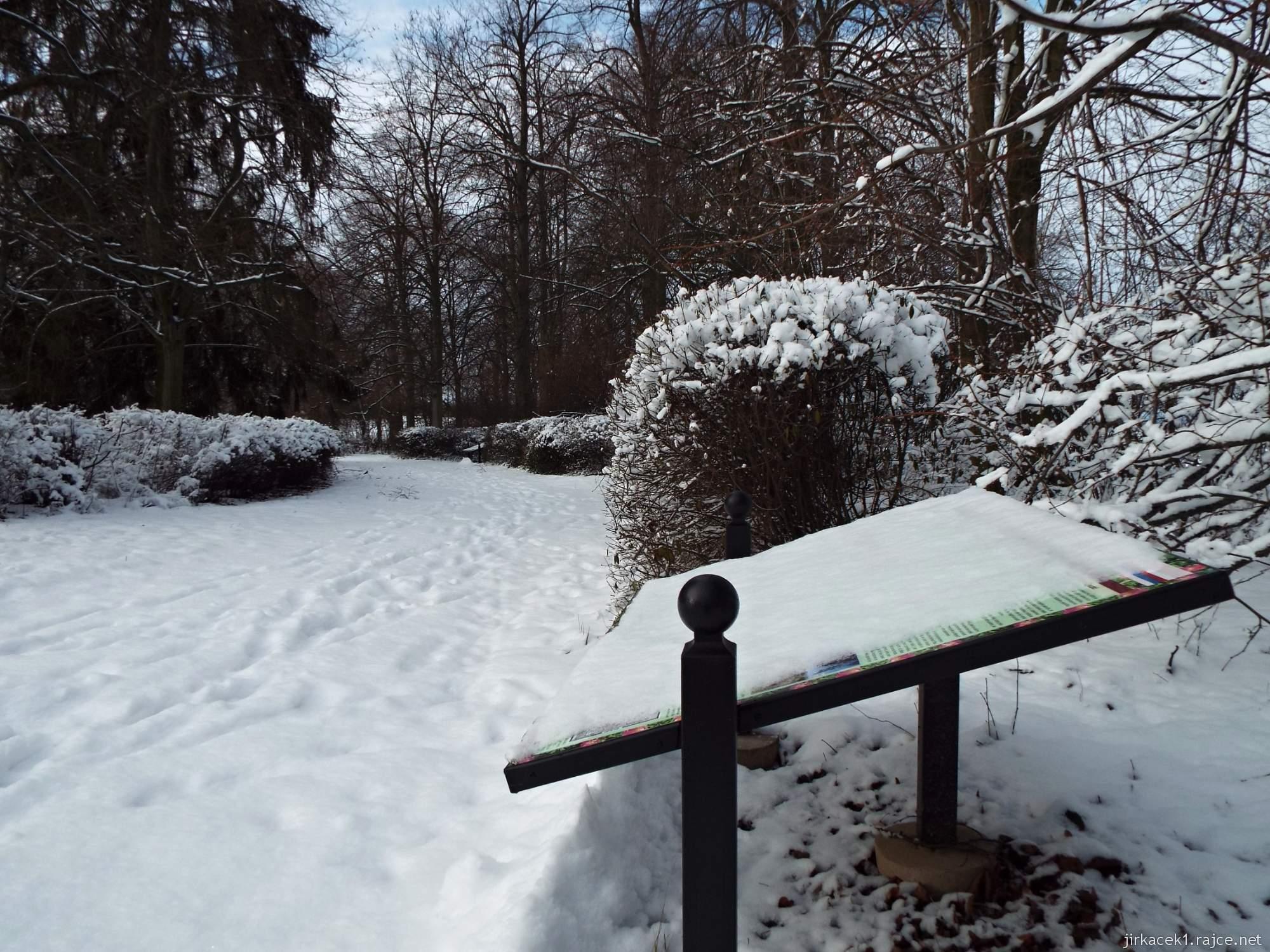 Růžový palouček - zasněžený panel naučné stezky a cesta parkem