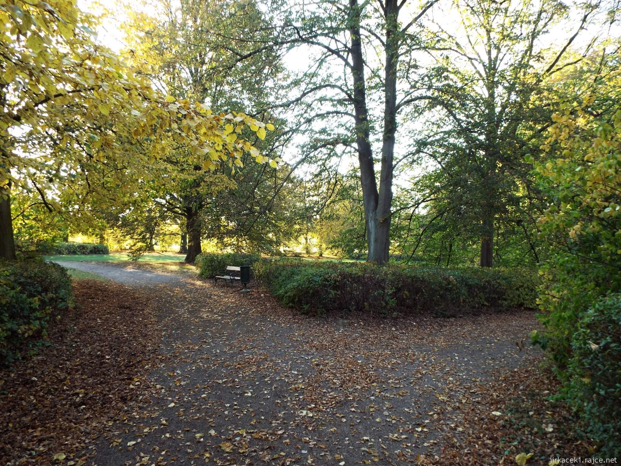 Růžový palouček Litomyšl - polovina cesty arboretem ve tvaru dvou osmiček