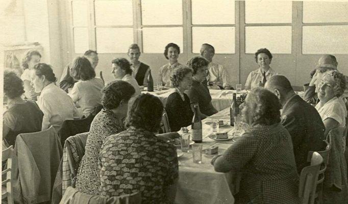"""Vizito de la  E-Societo en Lausanne (Svislando) en Písek en 1958, ligita kun busa rondvojaĝo tra la lando - Návštěva členů esperantského spolu v Lausanne (Švýcarsko) v r. 1958 - spojený s autobusovým výletem po Čechách a Moravě - Z politických důvodů obtížně realizovatelná akce, musela být formálně důsledně vedena jako """"setkání s pokrokovými dělníky"""""""