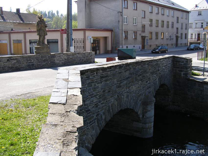 Budišov nad Budišovkou - kamenný most se sochou Jana Nepomuckého