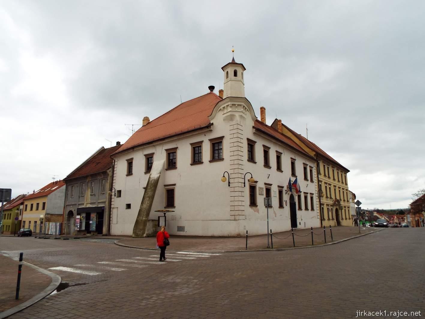 Slavkov u Brna - Palackého náměstí - nároží radnice a za ní žlutá budova bývalého soudu