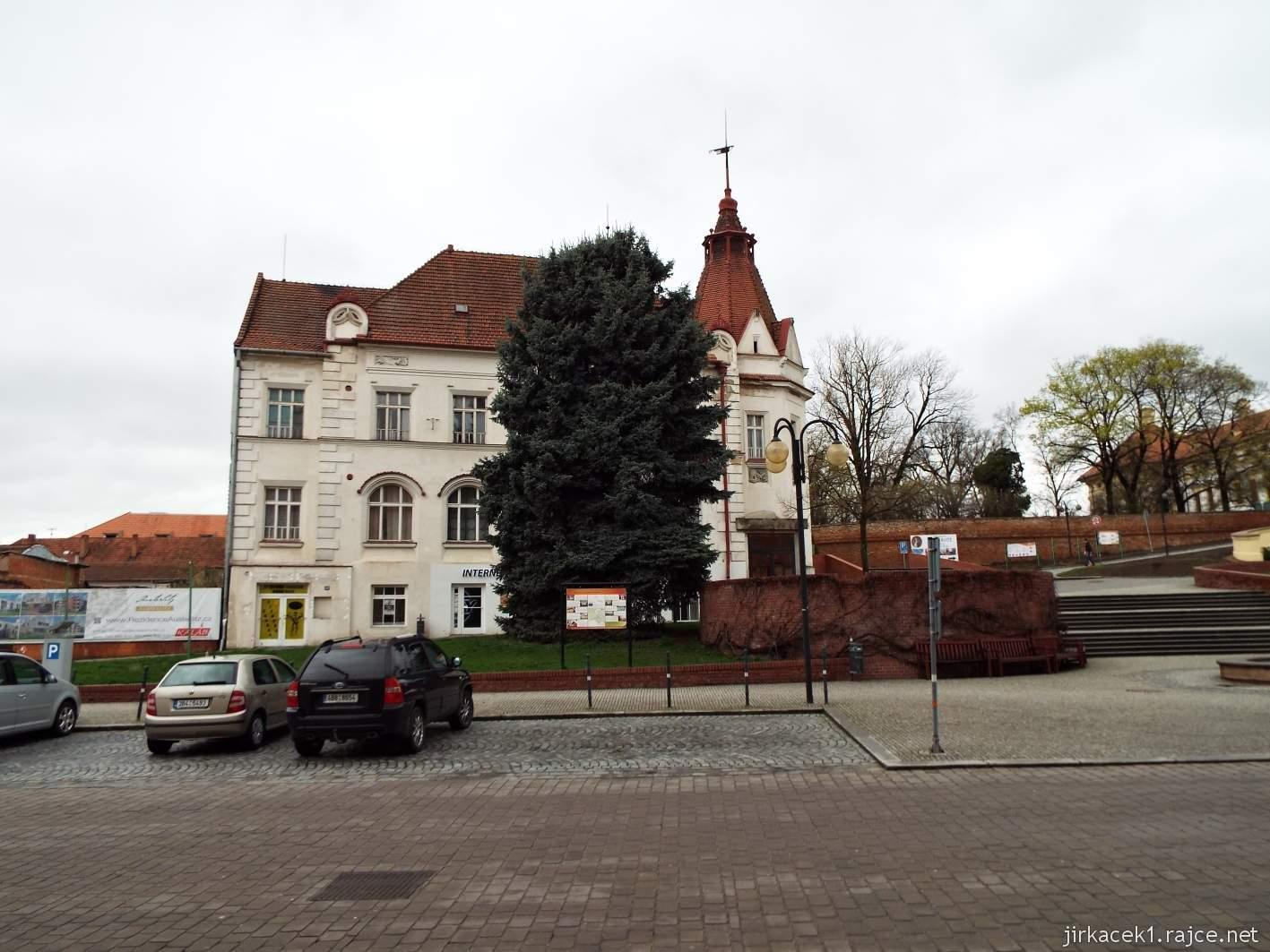 Slavkov u Brna - Palackého náměstí - společenský dům a restaurace Bonapart naproti radnice