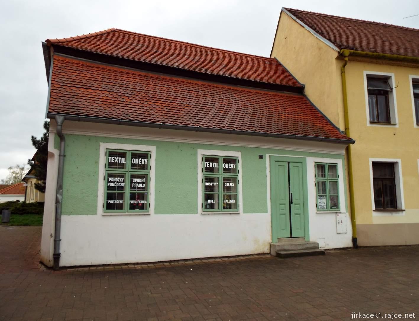 Slavkov u Brna - Palackého náměstí - maličký domek vedle hostince U černého lva s číslem 80 - vedle stávala Hodinová brána