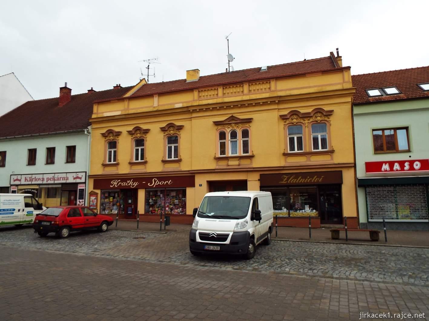 Slavkov u Brna - Palackého náměstí - žlutý dům číslo 71 s prodejnou hraček a zlatnictvím - dům Jana Andrly