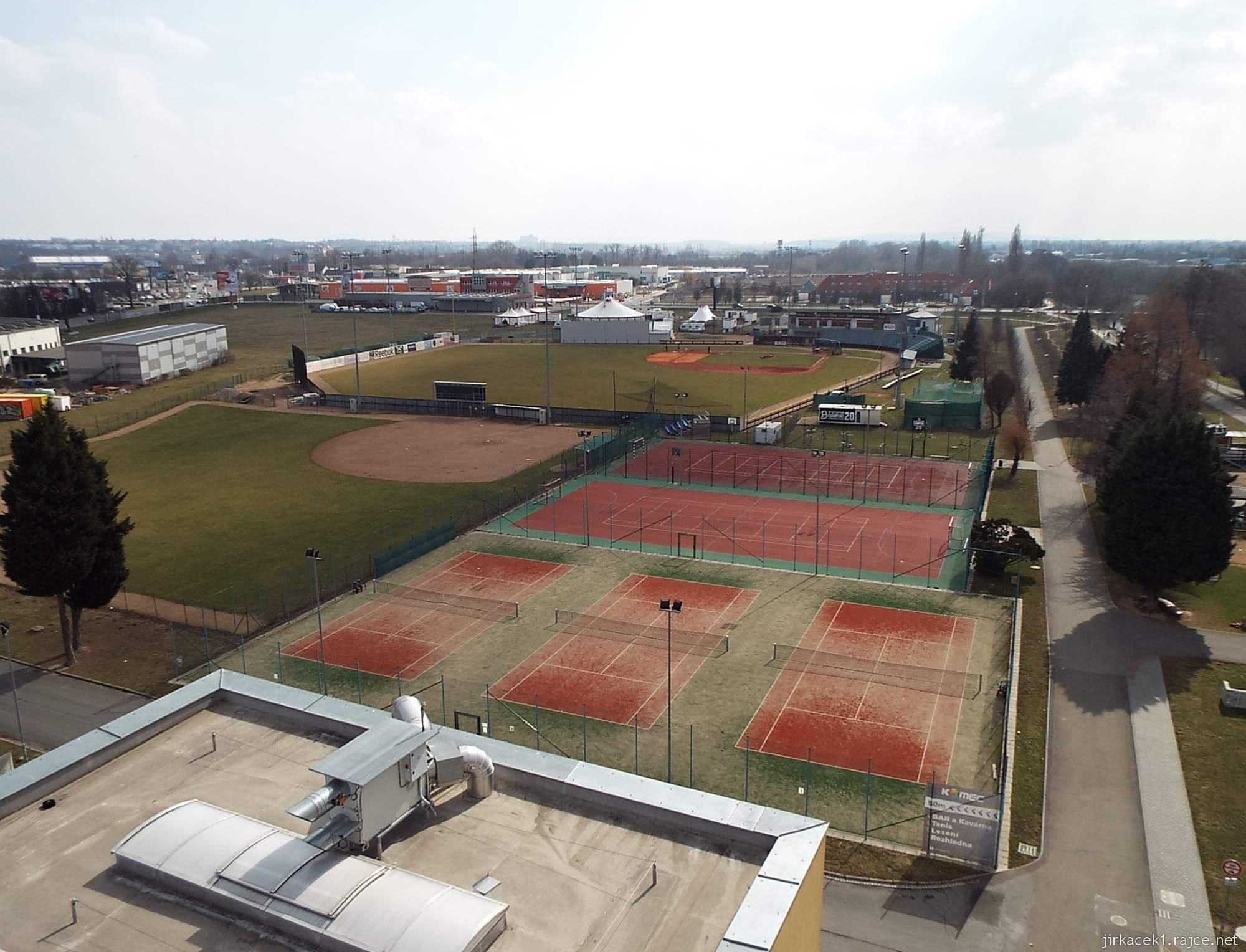 Brno - rozhledna Komec 07 - výhled na sportovní areál