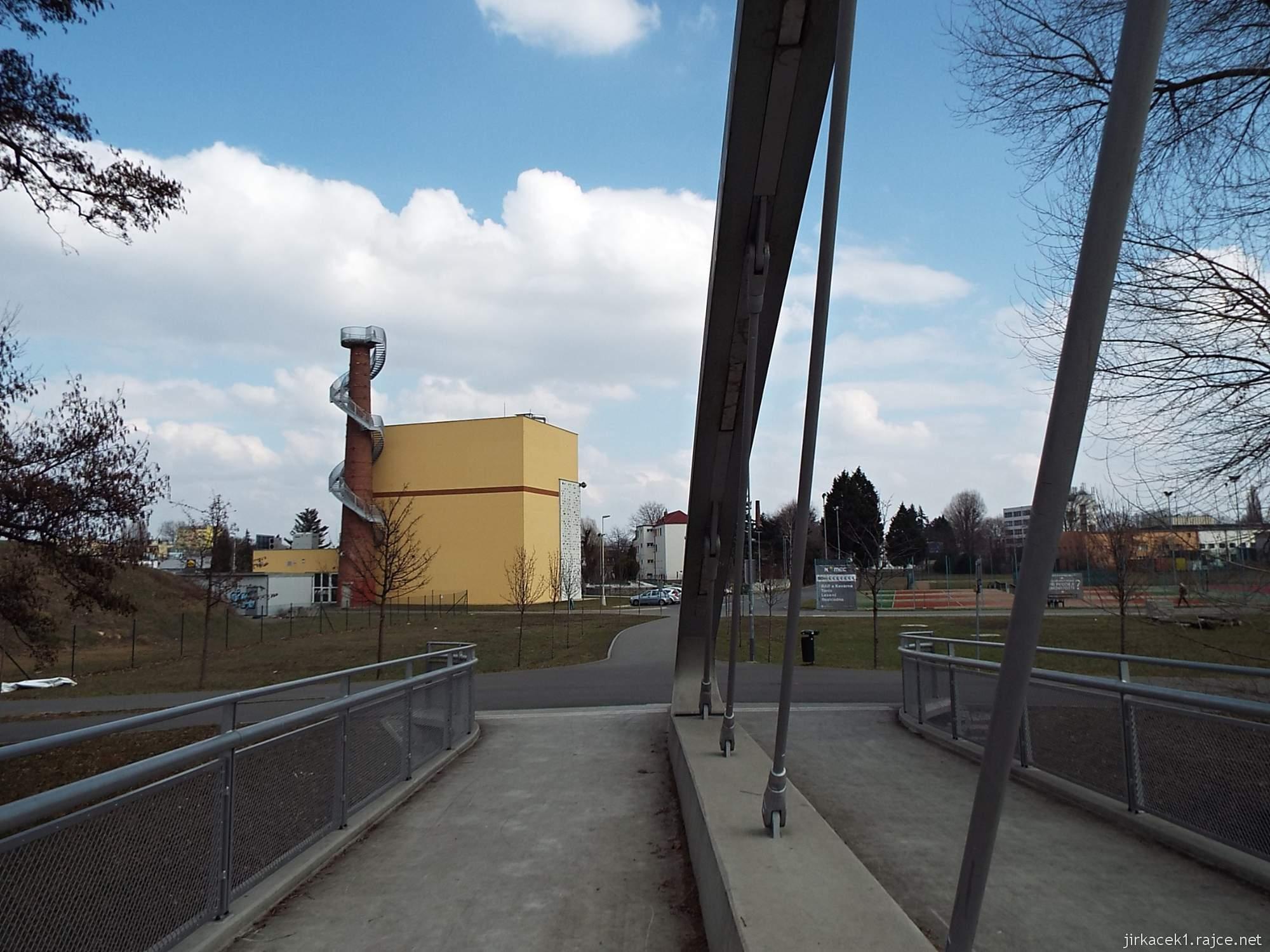 Brno - rozhledna Komec 20 - pohled od mostu přes Svratku