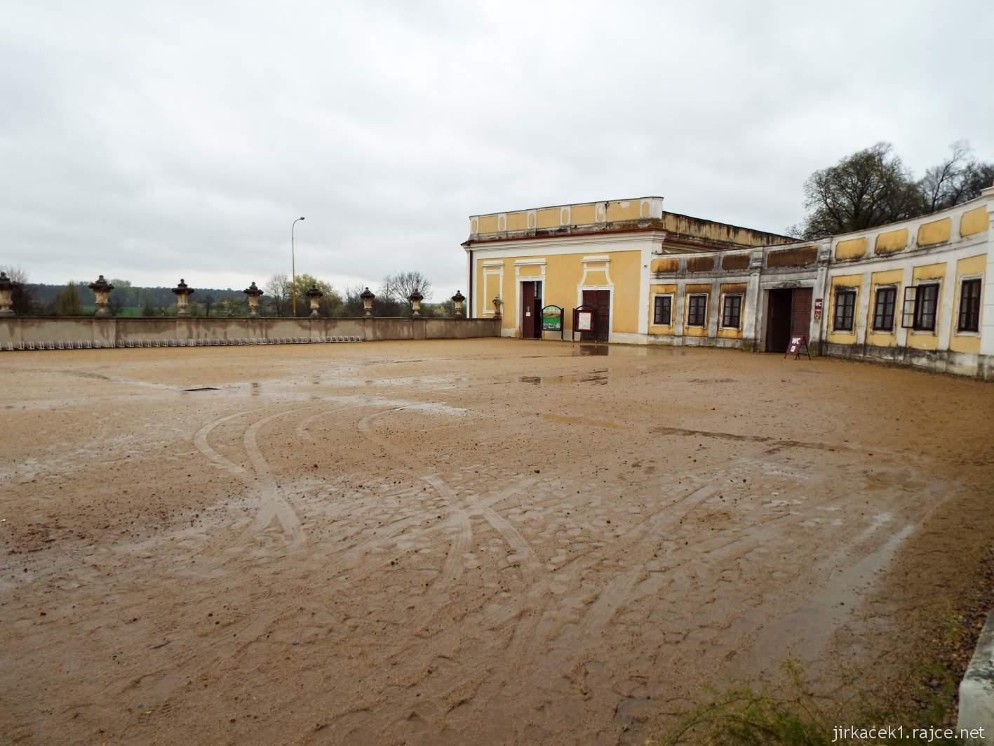 zámek Milotice 06 - prostor před zámkem